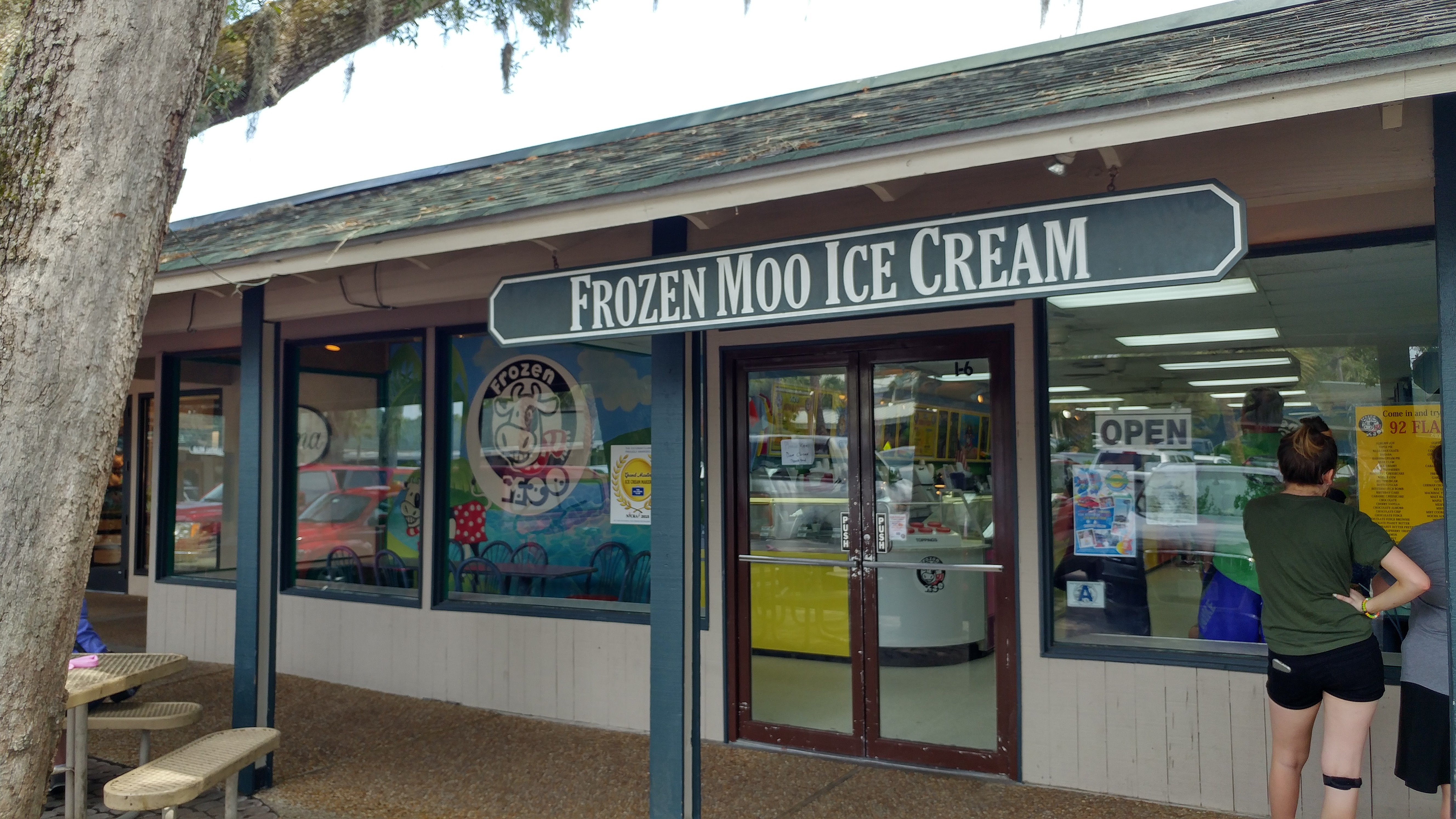 a picture of the exterior of Frozen Moo Ice Cream in Hilton Head. 92 flavors of yum!